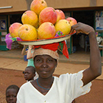 planet-ride-voyage-burkina-faso-moto-femme-village-enfants-orange
