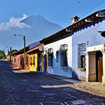 planet-ride-voyage-guatemala-moto-antigua-maisons-colorees-montagnes