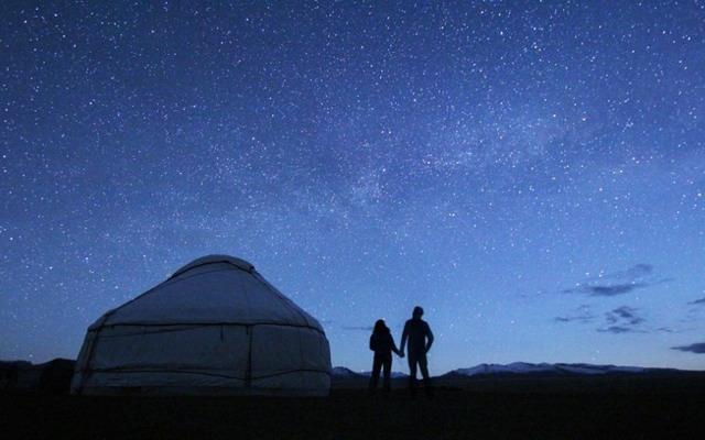 Yourte nomade sous les étoiles, lors de votre voyage en Kirghizistan en 4x4 avec Planet Ride et Azamat