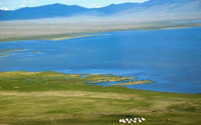 Camp de yourtes nomades au bord d'un lac, lors de votre voyage au Kirghizistan en 4x4 avec Planet Ride et Azamat