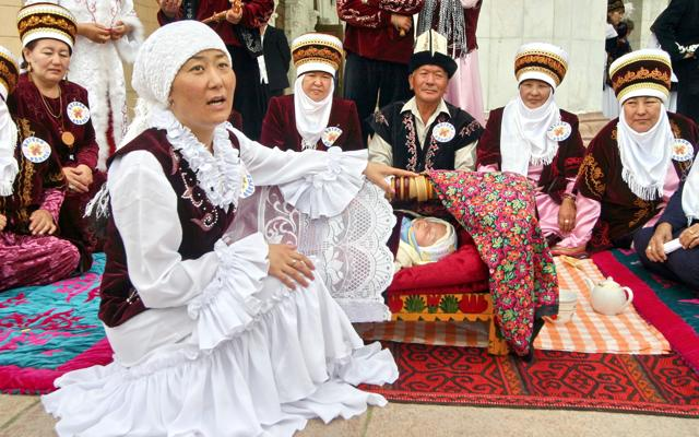 Nomades en habits traditionnels pour une cérémonie, lors de votre voyage au Kirghizistan en 4x4 avec Planet Ride et Azamat