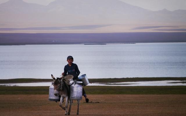 planet-ride-voyage-4x4-kirghizistan-garcon-lac-ane-bidon-montagne