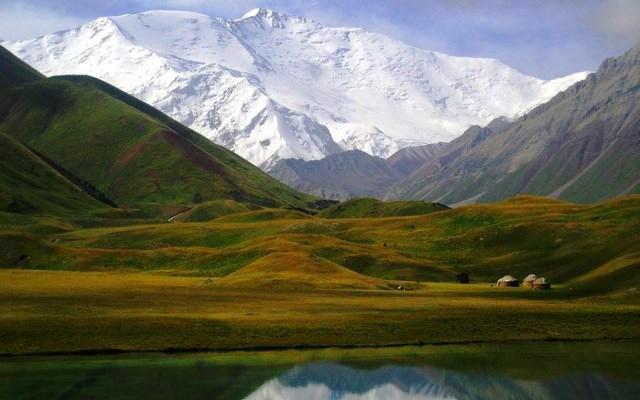 planet-ride-voyage-4x4-kirghizistan-lac-montagnes-paysage