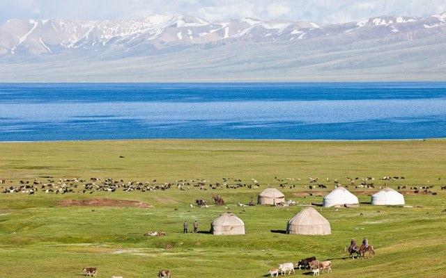 Camp nomade de yourtes en bord de lac, lors de votre voyage au Kirghizistan en 4x4 avec Planet Ride et Azamat