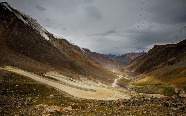 Belle piste de montagnes, lors de votre voyage en Kirghizistan en 4x4 avec Planet Ride et Azamat