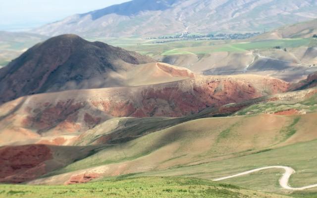 Paysages montagneux de la route de la soie, lors de votre voyage en Kirghizistan en 4x4 avec Planet Ride et Azamat