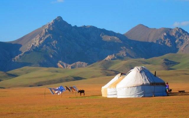 Yourtes nomades dans les montagnes célèstes, lors de votre voyage au Kirghizistan en 4x4 avec Planet Ride et Azamat