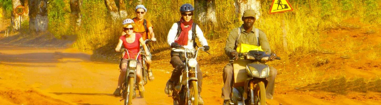 Balade en mob sur les pistes, lors de votre voyage à mobylette au Burkina Faso avec Planet Ride et Guillaume
