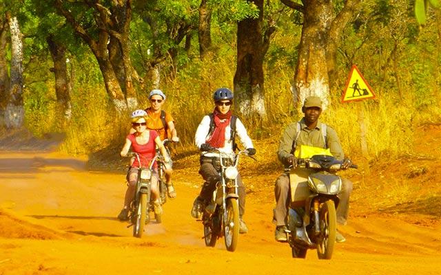 planet-ride-voyage-burkina-faso-mobylette-groupe-piste