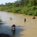 planet-ride-voyage-burkina-faso-moto-riviere-traversee