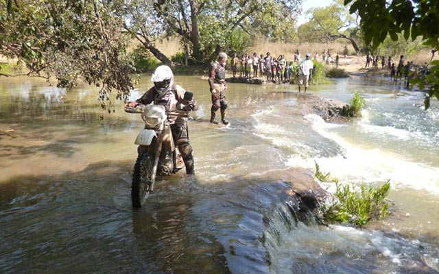 planet-ride-voyage-burkina-faso-moto-traversee-cours-eau