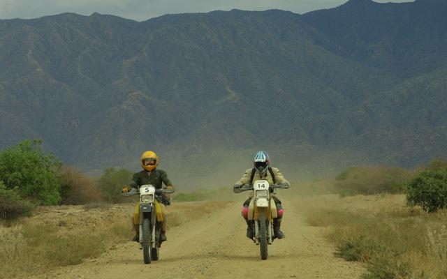 Piste dans la région du rift, lors de votre voyage au Kenya à moto avec Planet Ride et Fred