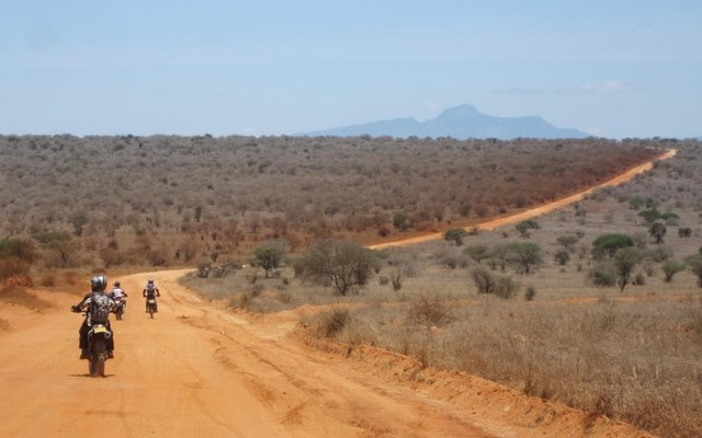 Motards sur piste de latérite, lors de votre voyage au Kenya à moto avec Planet Ride et Fred