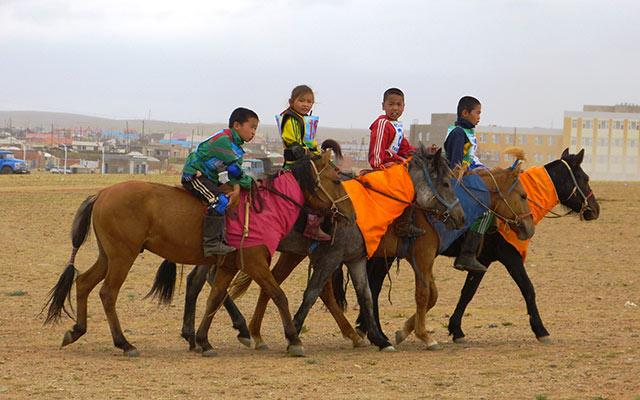 Enfants cavaliers, lors de votre voyage en Mongolie en 4x4 avec Planet Ride et Chuka