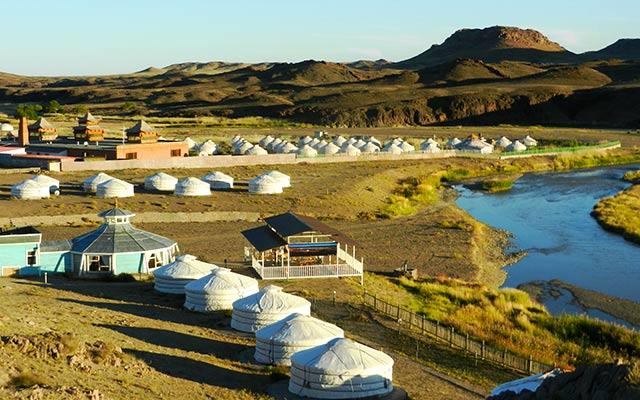 Paysages montagnes, rivières et yourtes, lors de votre voyage en Mongolie en 4x4 avec Planet Ride et Chuka