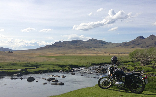 planet-ride-voyage-mongolie-moto-royal-enfield-riviere-montagne