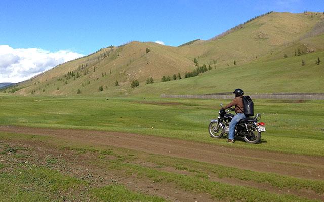 En Enfield Bullet 500 cc dans les steppes, lors de votre voyage en Mongolie à moto avec Planet Ride et Florian