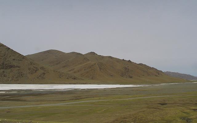 Steppe et reliefs arides, lors de votre voyage en Mongolie à moto avec Planet Ride