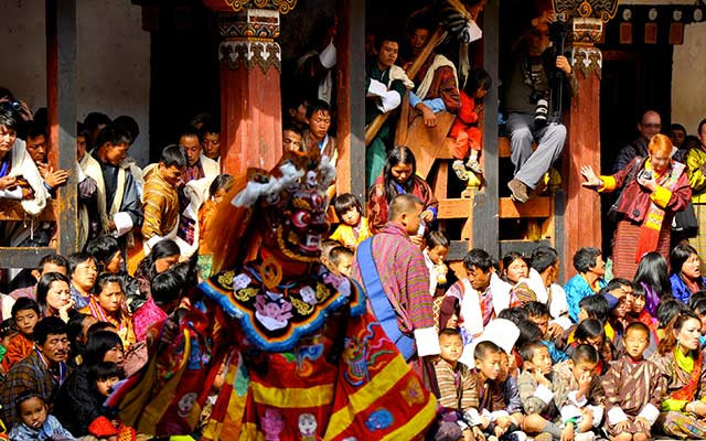 planet-ride-voyage-moto-bhoutan-trashi-mongar-spectacle-traditionnel