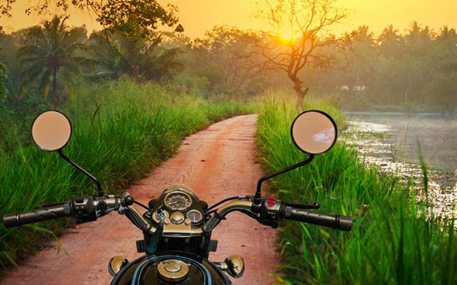 Couché de soleil sur un chemin de terre, lors de votre voyage au Sri Lanka à moto avec Planet Ride et Ophélie