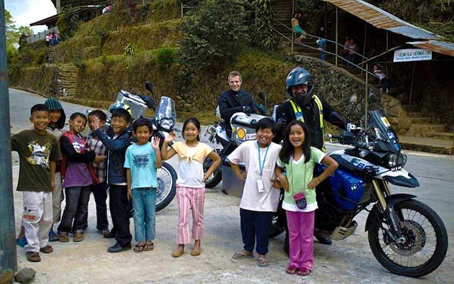 Enfants croisés sur la route, lors de votre voyage aux Philippines à moto  avec Planet Ride et Philippe