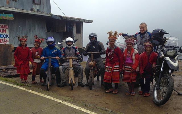 Avec la tribu Ifugao, lors de votre voyage aux Philippines à moto avec Planet Ride et Philippe