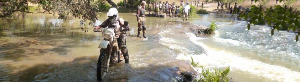 planet-ride-voyage-togo-burkina-faso-moto-traversee-cours-eau