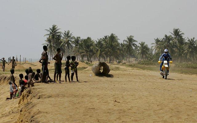 Ride sur la plage, lors de votre voyage au Burkina Faso et au Togo à moto avec Planet Ride et  Guillaume