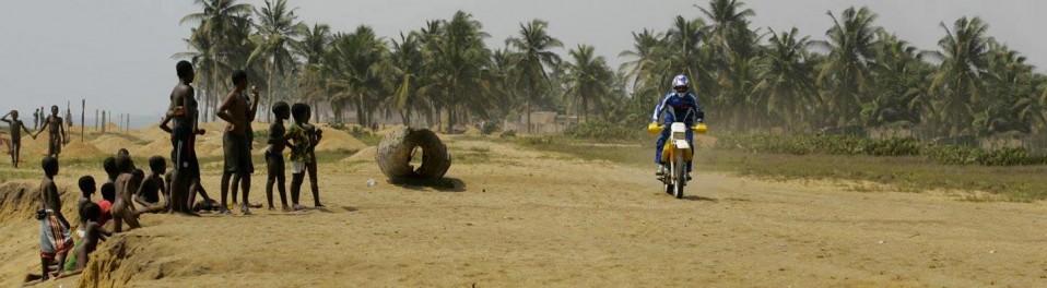 planet-ride-voyage-togo-moto-burkina-faso-piste-sable-rencontre-population-tribale