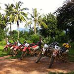 Motos en forêt lors d'un voyage au Laos à moto avec Planet Ride