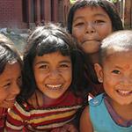 Enfants népalais à Katmandou lors d'un voyage au Népal à moto avec Planet Ride