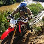 Motard en off-road lors d'un voyage au Laos à moto avec Planet Ride