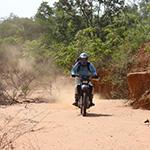 Voyage à Madagascar - motard sur une piste de latérite