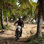 Voyage à Madagascar - motard sur piste de forêt