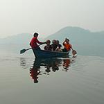 Balade en barque sur le lac de Pokhara lors d'un voyage au Népal à moto avec Planet Ride