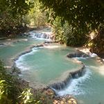 Halte au bord d'eaux turquoises lors d'un voyage au Laos à moto avec Planet Ride