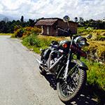 Moto sur route de campagne lors d'un voyage au Népal à moto avec Planet Ride