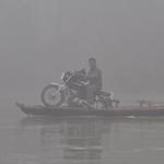 Moto sur une barque lors d'un voyage au Népal à moto avec Planet Ride
