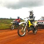 Voyage moto à Madagascar - Motards sur route de terre