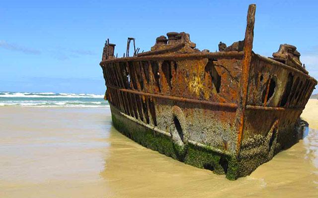 Sur une plage de Fraser Island , lors de votre voyage en Australie à moto avec Planet Ride
