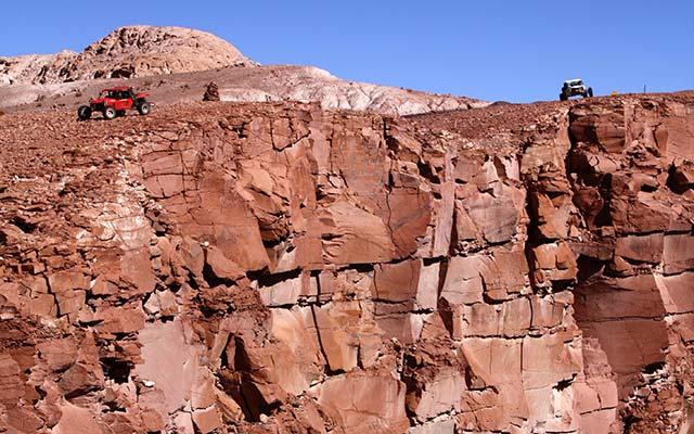 planet-ride-voyage-chili-buggy-course-atacama-falaise-rouge-desert