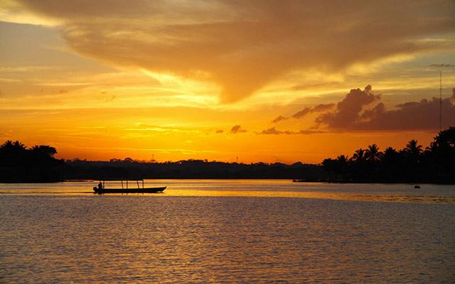 planet-ride-voyage-guatemala-moto-bateau-couche-soleil