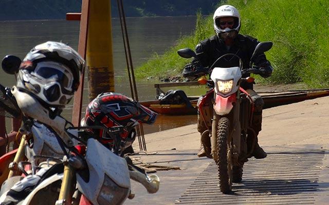 Motards sur la route lors d'un voyage au Laos à moto avec Planet Ride