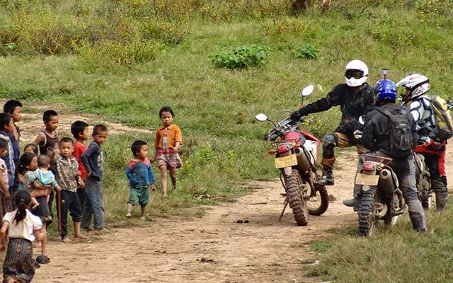 Enfants et motards lors d'un voyage au Laos à moto avec Planet Ride