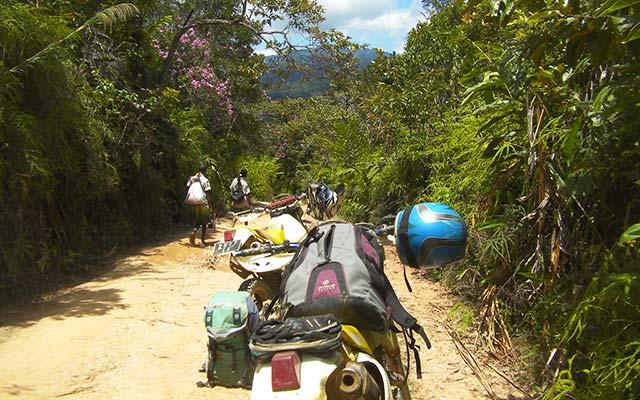 Sur les pistes autour d'Andapa, lors de votre voyage à Madagascar à moto avec Jean et Planet Ride