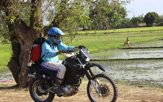 Voyage à Madagascar à moto - motard en bord de rizière