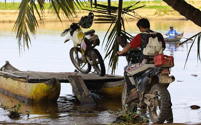 Voyage moto à Madagascar - Franchissement de rivière