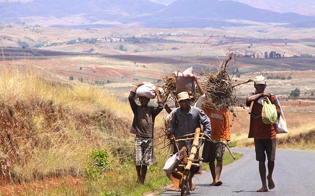 Voyage à Madagascar à moto - Rencontres au bord de la route