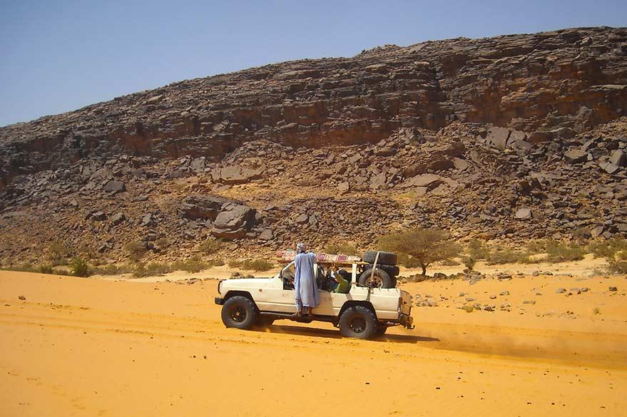 Service rendu aux habitants du déserts, lors de votre voyage en Mauritanie en 4x4 avec Guy et Planet Ride