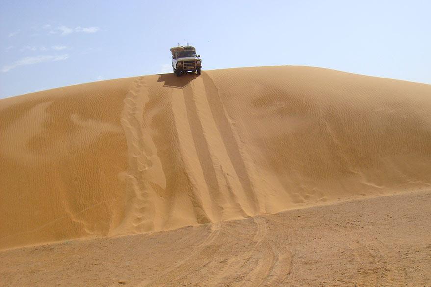 Franchissement de dune en 4x4, lors de votre voyage en Mauritanie avec Guy, Partenaire Spécialiste Planet Ride